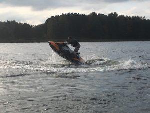 Vandens motociklas kyla nuo greičio